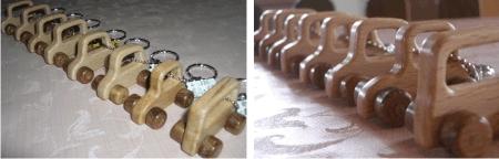 木のミニカーとミニナンバープレートのキーホルダー
